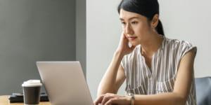 パソコンで文章を添削する女性